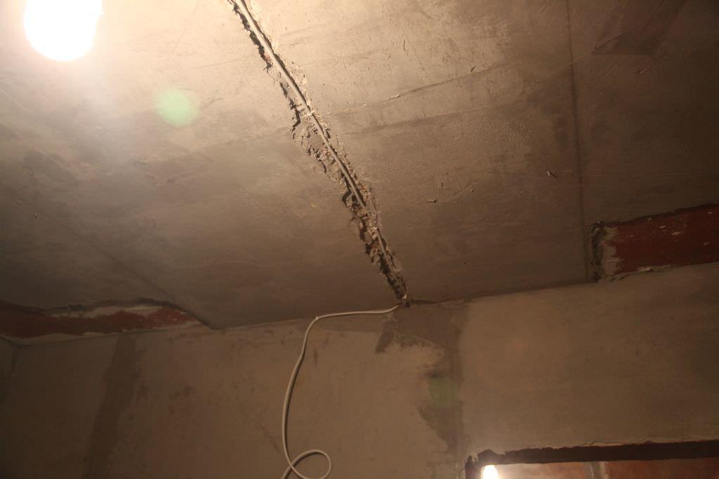 Штробить потолок в монолитном доме следует с максимальной осторожностью — есть риск нарушить его несущую способность