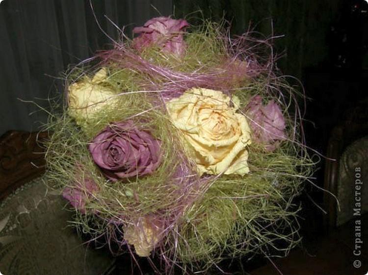 Если цветки хорошо сохранились, достаточно будет и их, но если вам кажется, что их стоит чем-то разбавить, то это могут быть розы из кленовых листьев
