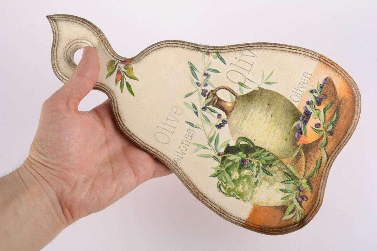 Для декупажа доски стоит применять тематическое изображение, например, с фруктами или овощами