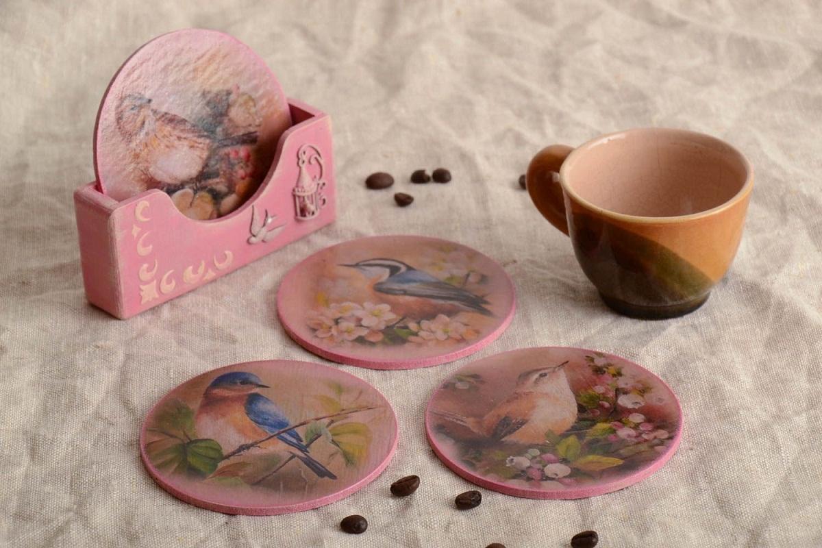Чтобы подставка для чашки, оформленная с помощью декупажа, служила длительный период времени, ее стоит покрыть акриловым лаком