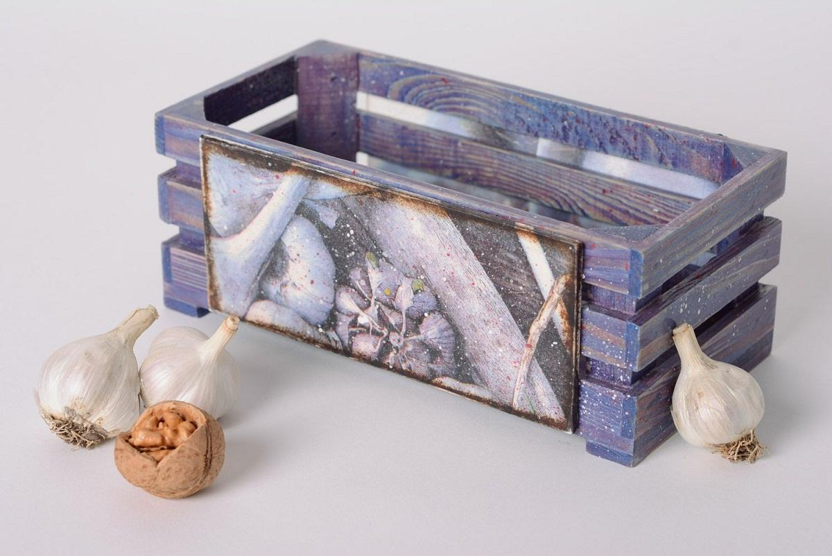Деревянный ящик для овощей, украшенный в технике декупаж, способен улучшить эстетические качества кухни