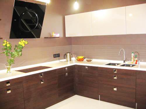 """Коричневая кухня идеально сочетается с белым цветом - получается некий баланс между """"монументальным"""" и """"легким"""" интерьером"""