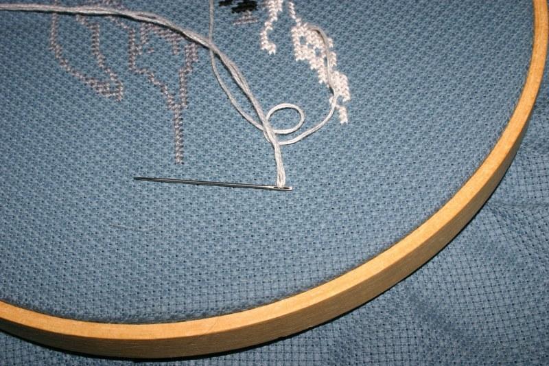 Начинайте вышивку от середины канвы, такая методика позволит рисунку очень красиво и ровно встать