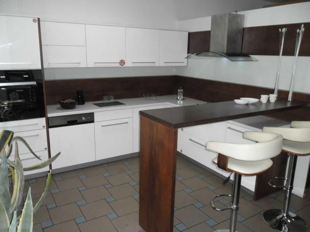 Для Г-образных кухонь стоит выбирать барные стойки небольших размеров