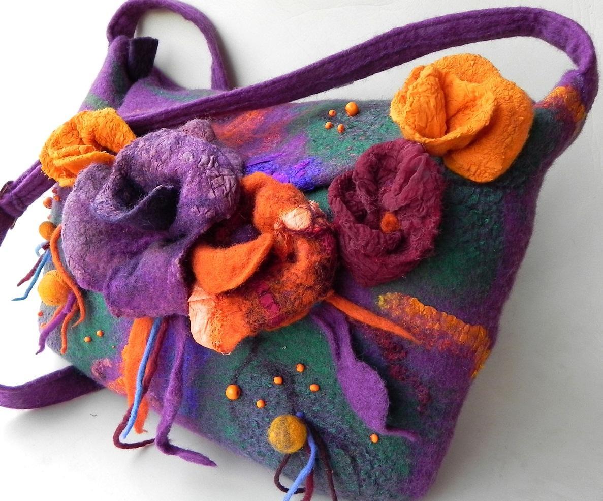 Сделать сумку более оригинальной можно путем использования шерсти различных цветов при ее изготовлении