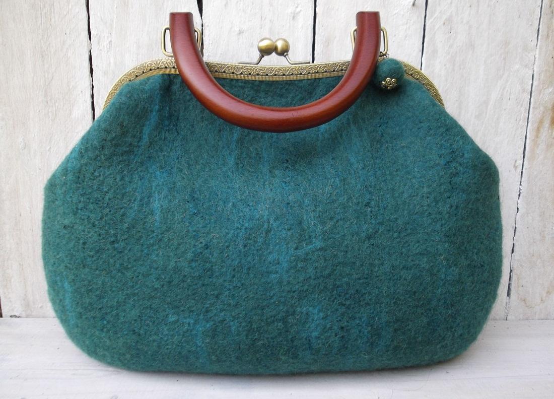Ручка сумки из шерсти может быть изготовлена из любого материала, например, кожи или текстиля