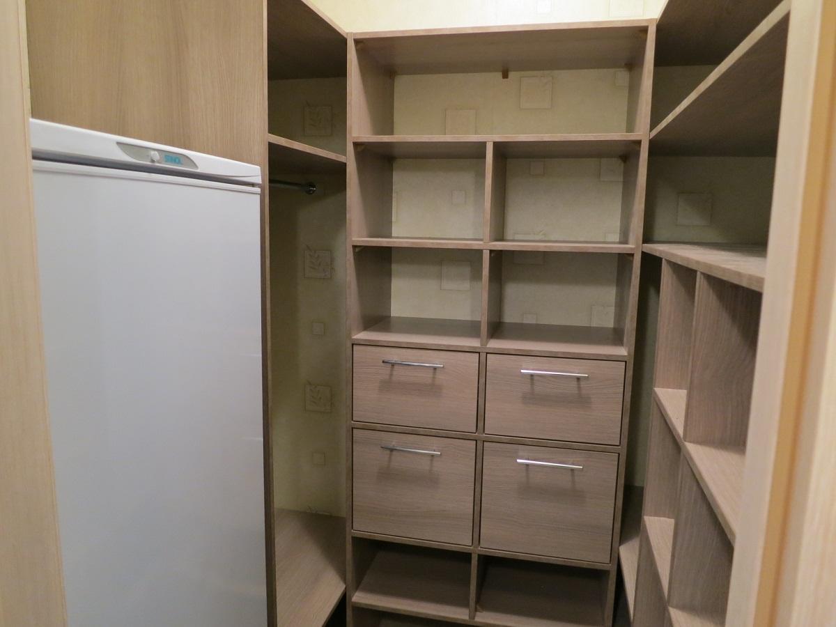 В гардеробной из кладовки стоит размещать шкафчики с максимально возможной глубиной, чтобы сделать ее более практичной и функциональной