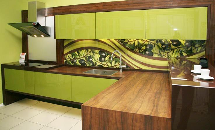 В кухне оливкового цвета рисунки на фартуке будут весьма уместны