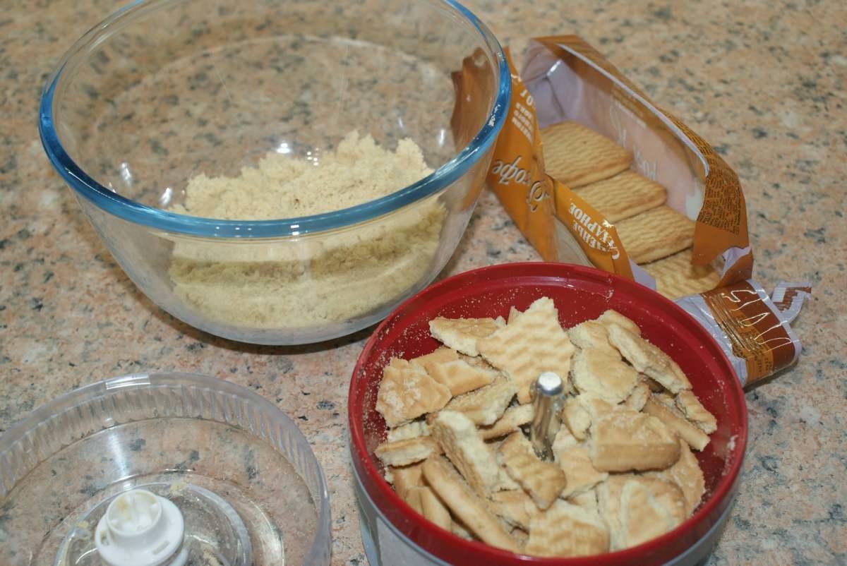 Используя блендер, делаем из песочного печенья мелкую крошку