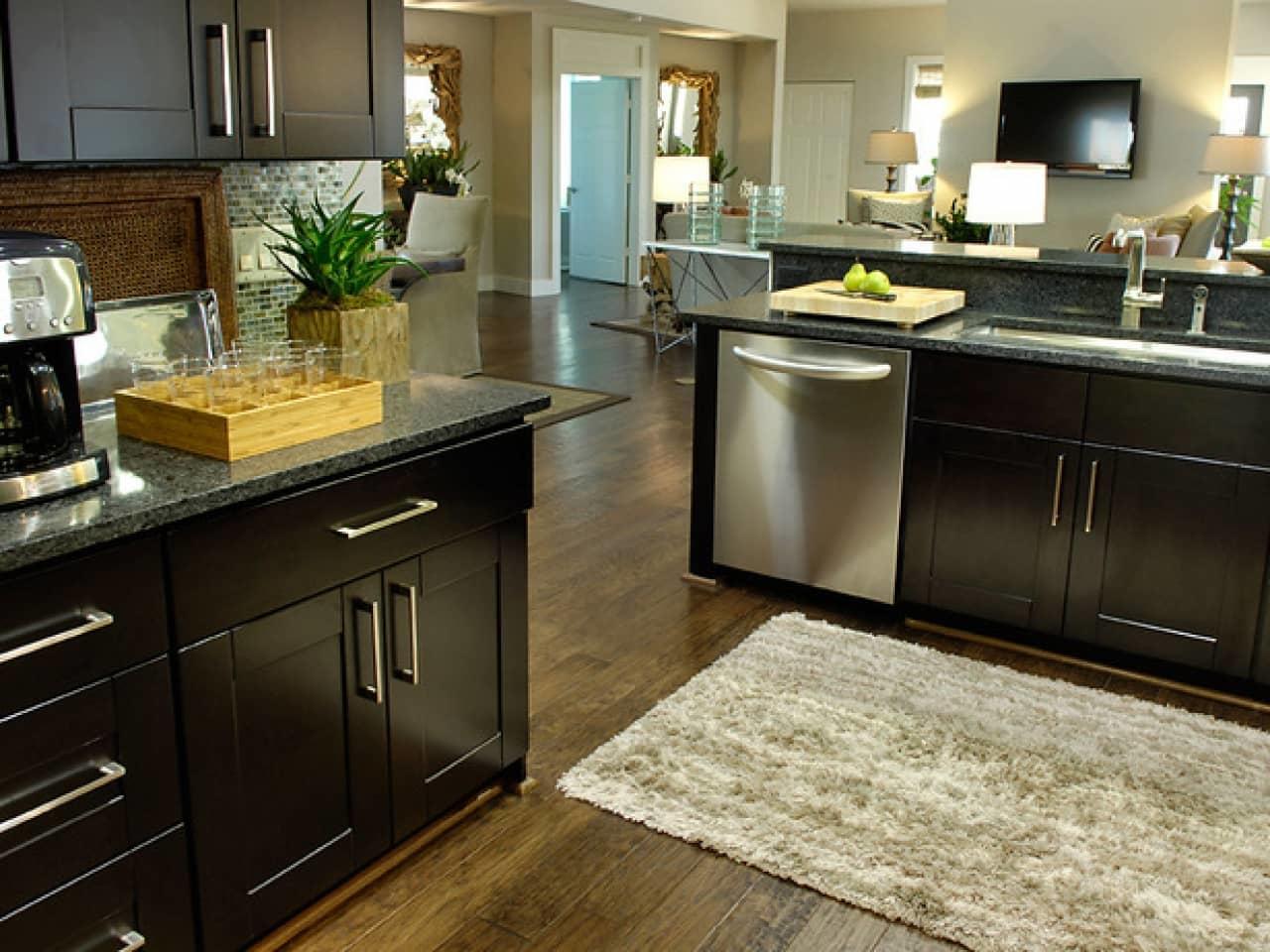 Материал для коврика на кухню должен быть достаточно устойчив к воздействию чистящих и моющих средств