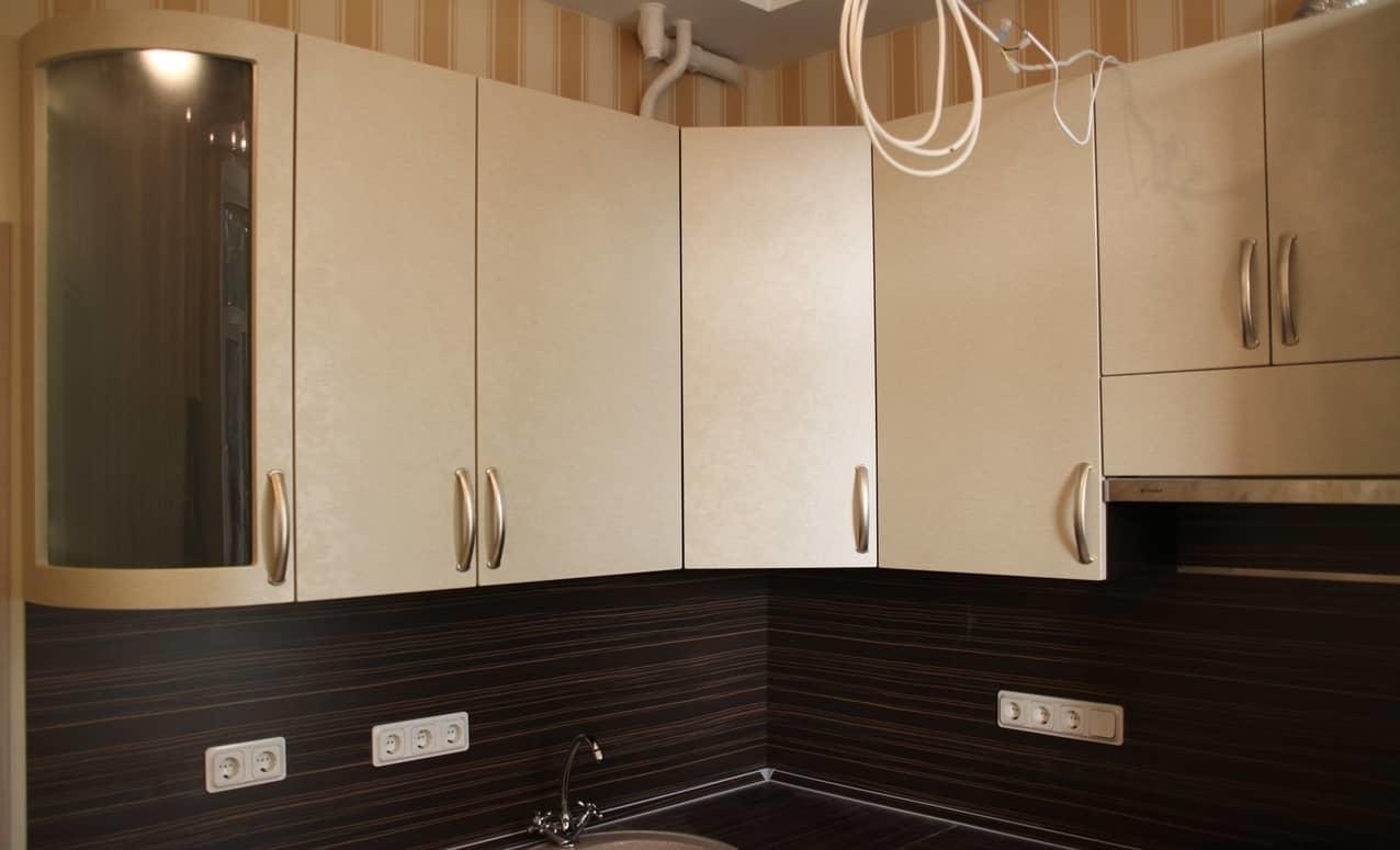 Ассортимент материалов, которые можно использовать для изготовления угловых шкафов, очень широк и разнообразен