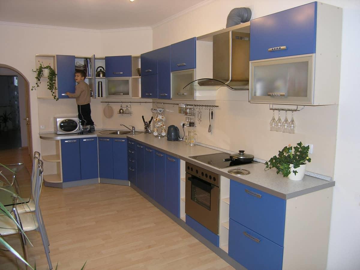 Подходящим вариантом расположения кухни для малогабаритных помещений будет угловая модификация, которая не займет много места