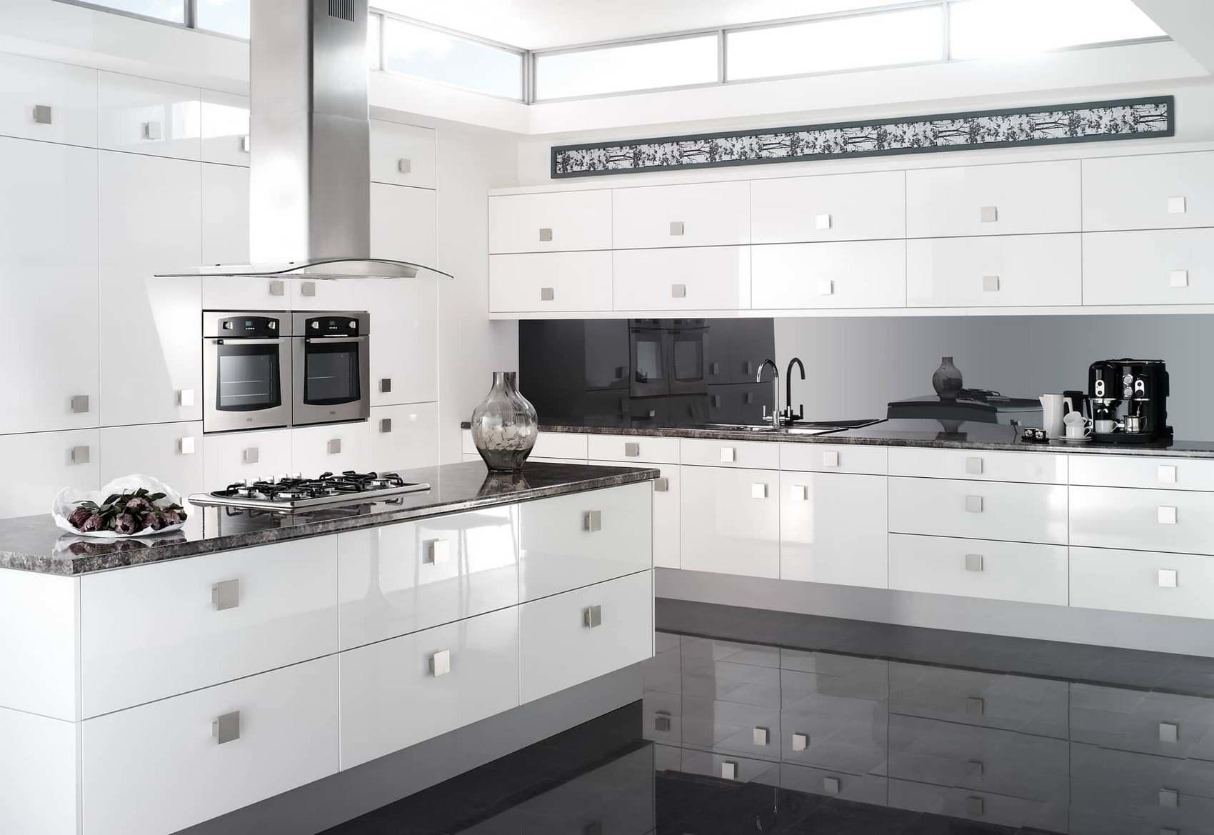 Важно знать чувство меры и не переборщить с глянцевыми фасадами, чтобы не испортить стиль кухни его переизбытком