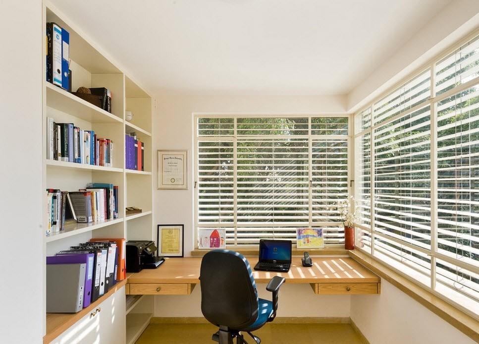 Многие специалисты рекомендуют ставить рабочий стол рядом с окном