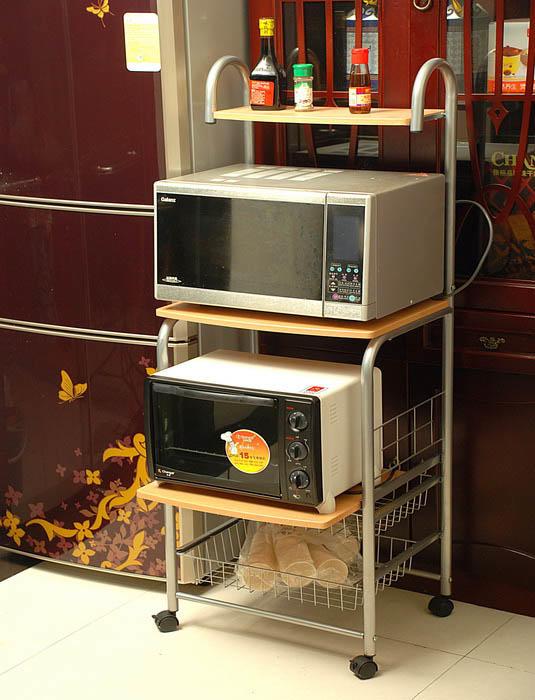 Если у вас на кухне много различной техники, то полка-этажерка с несколькими нишами поможет решить проблему использования пространства. К примеру, на верхней полке можно поставить микроволновку, а на нижней мультиварку. Или же сделать как на фото - поставить 2 микроволновки