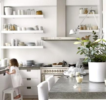 Полки из гипсокартона на кухне могут стать отличной заменой верхних подвесных шкафчиков