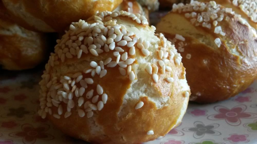 Когда булочки поднимутся, ставим в разогретую до 200 градусов духовку и выпекаем около 30 минут до золотистого цвета. Булочки готовы!