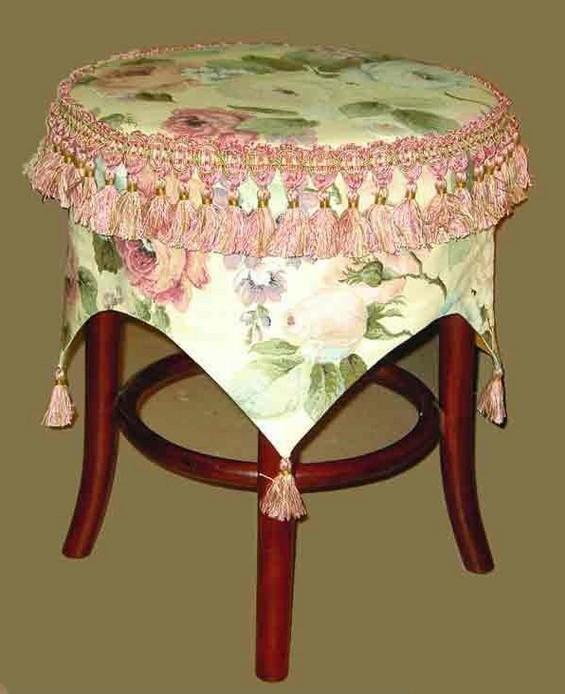 При помощи чехла, сделанного своими руками, можно кардинально изменить внешний облик стула или табурета