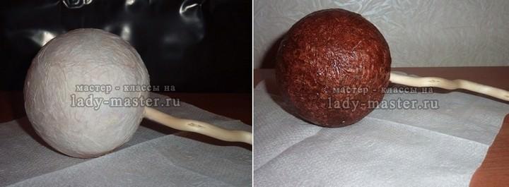 Основу для кофейного топиария рекомендуется окрасить в коричневый цвет, так как между кофейными зернами обязательно будут крохотные зазоры, которые испортят внешний вид изделия
