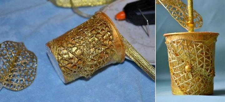 Декорировать горшочек можно окрашенной в позолоту мешковиной, декоративным кружевом, искусственным жемчугом или теми же монетками