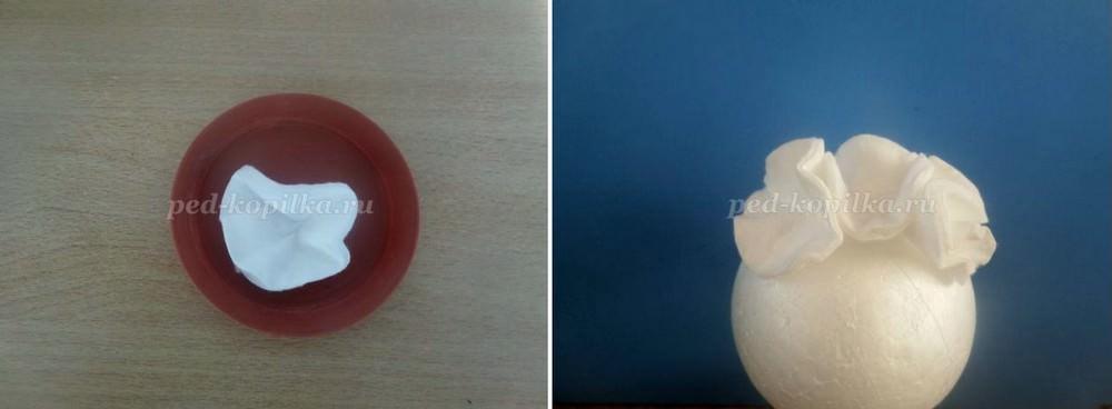 Капнув каплю клея на центр диска, приклеиваем его к шару-основе и прижимаем. Таким образом полностью оклеиваем основание