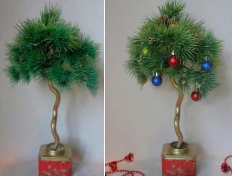Новогодний бонсай можно сделать из любого маленького деревца, украсив его елочными игрушками
