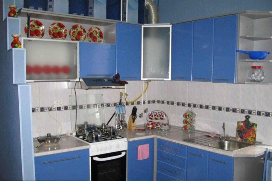Скрытая за фасадами мебели газовая колонка не будет привлекать к себе внимания и не испортит интерьер