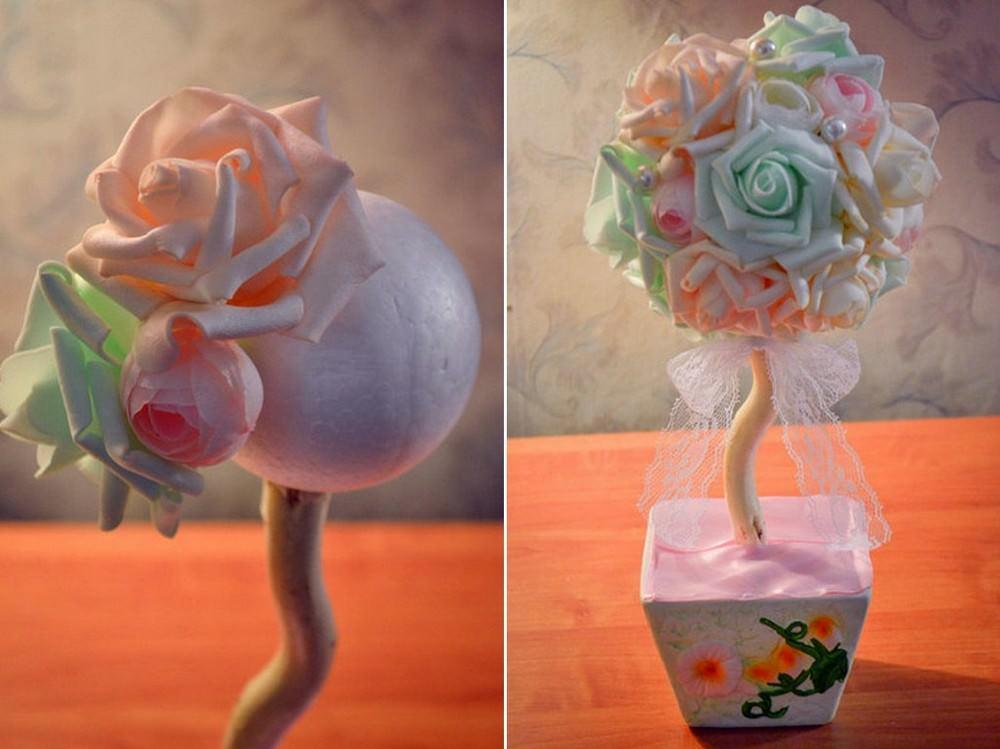 Начинаем оформление кроны розами. Для этого обильно смазываем каждый цветок клеем, прикладываем к нужному месту и прижимаем на протяжении 5 - 10 секунд, пока не схватится клей