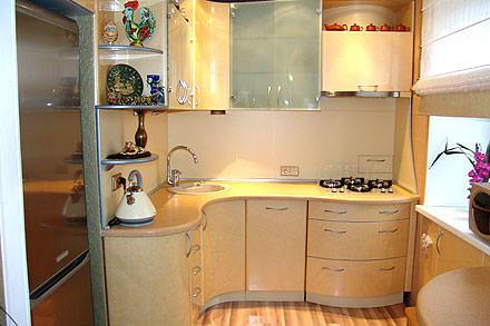 В небольшой кухне рекомендуется использовать только светлые тона