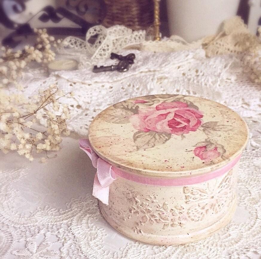 Декупажная коробочка в стиле шебби-шик прекрасно украсит интерьер гостиной или спальни в прованском стиле