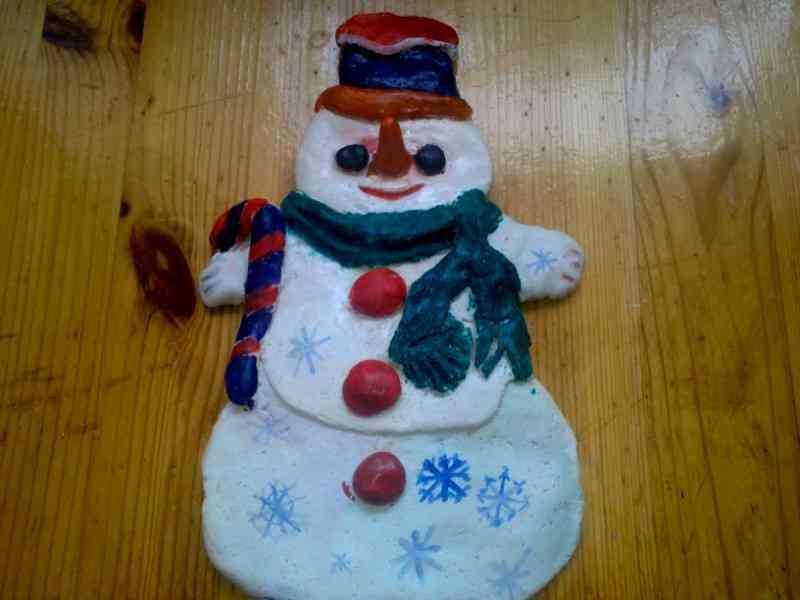 Снеговика можно украсить с помощью цветного пластилина