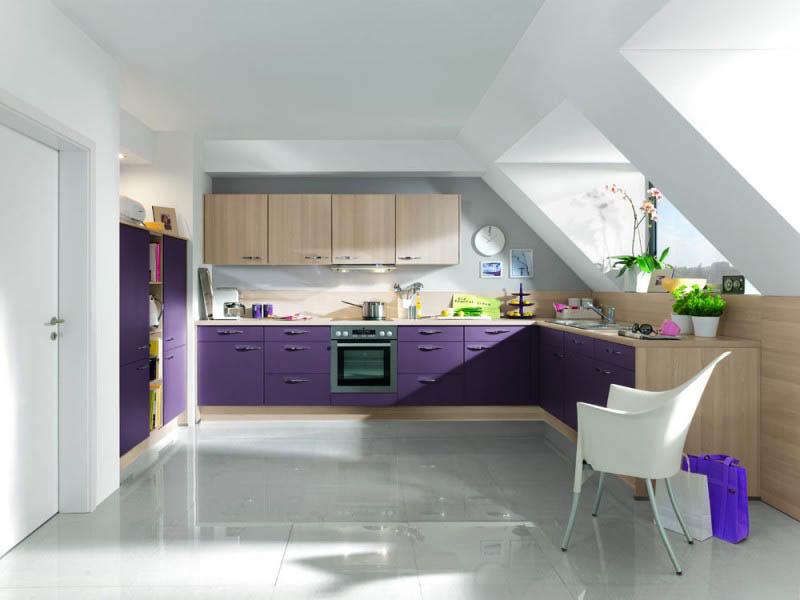 Большая площадь кухни позволяет в ее дизайне использовать не только светлые оттенки, но и темные, не боясь, что интерьер визуально станет меньше