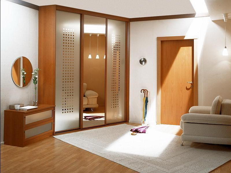 Обустраивая квадратную прихожую, необходимо грамотно подбирать как мебельный гарнитур, так и элементы декора