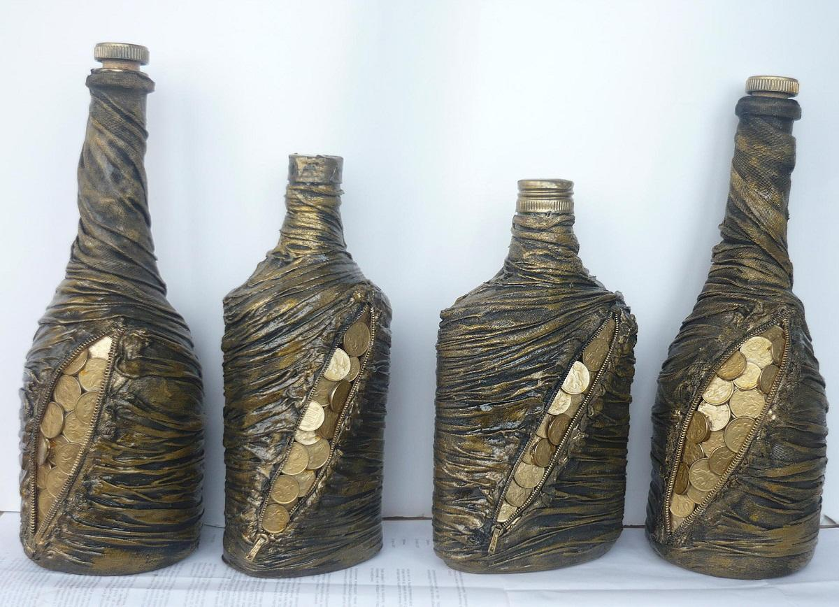 В качестве декора для бутылки могут выступать монеты, которые якобы выглядывают из кошелька, созданного с помощью колгот в технике декупаж