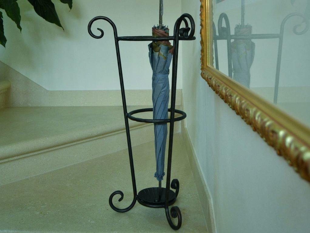 Вазу для зонтов следует подбирать с учетом интерьера прихожей