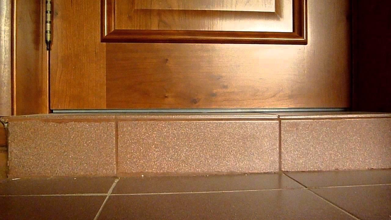 Красивый порог может стильно и оригинально украсить входную дверь