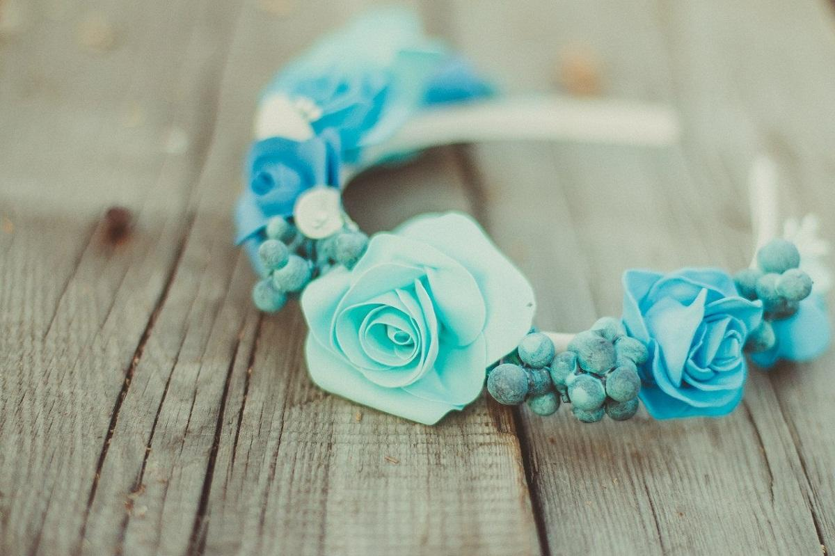 Чтобы сделать ободок из фоамирана на зимнюю тематику, стоит использовать материал, окрашенный в холодные цвета, например, синий