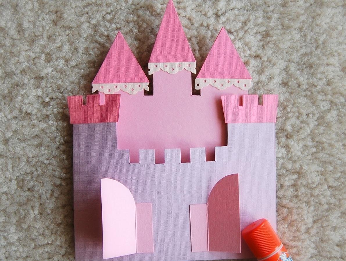 Замок из картона является отличным элементом декора для детской комнаты