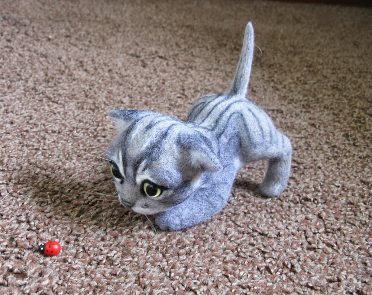 Валяный котенок из шерсти считается хорошей игрушкой для детей