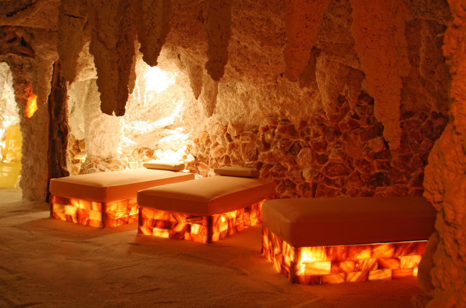 Использование в декоративных каминах солевых ламп для создания искусственного пламени считается самой полезным и эффективным способом