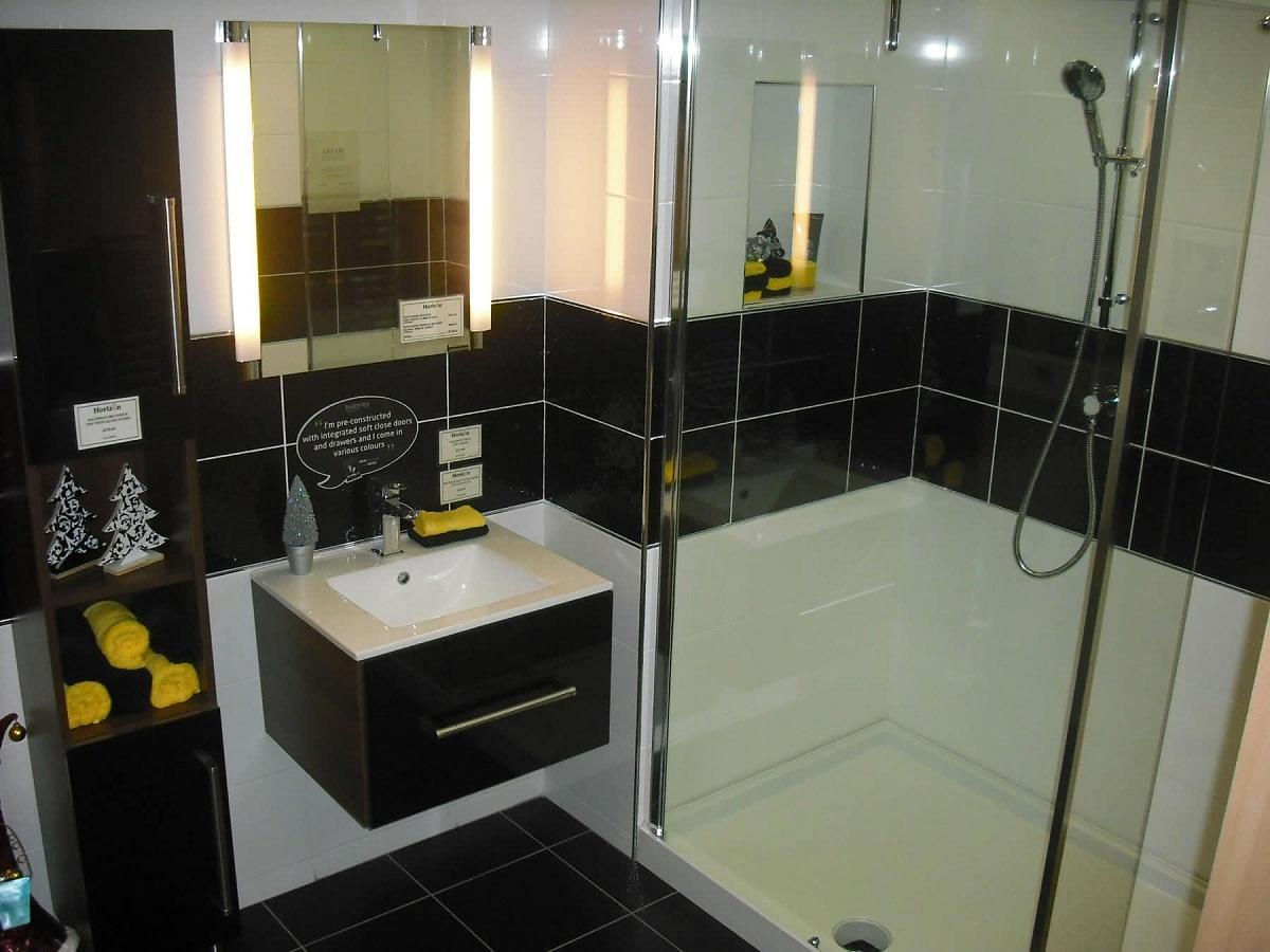 Если ванная комната маленькая, то белой плитки должно быть больше, чем черной