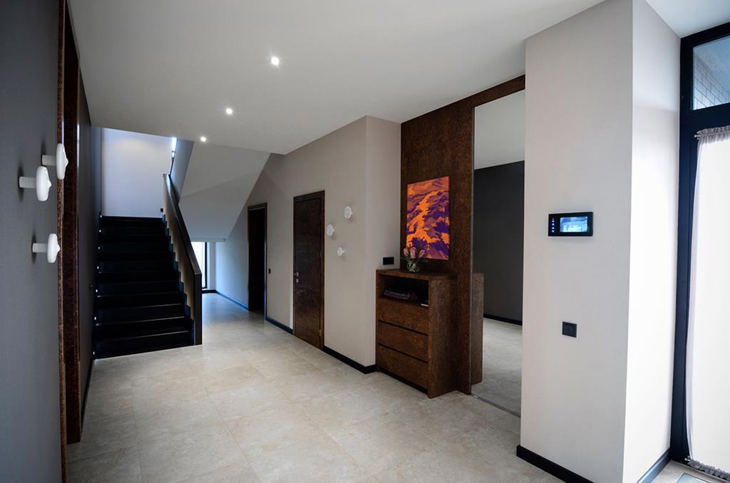 Яркие элементы декора помогут сделать серую прихожую стильной, современной и креативной