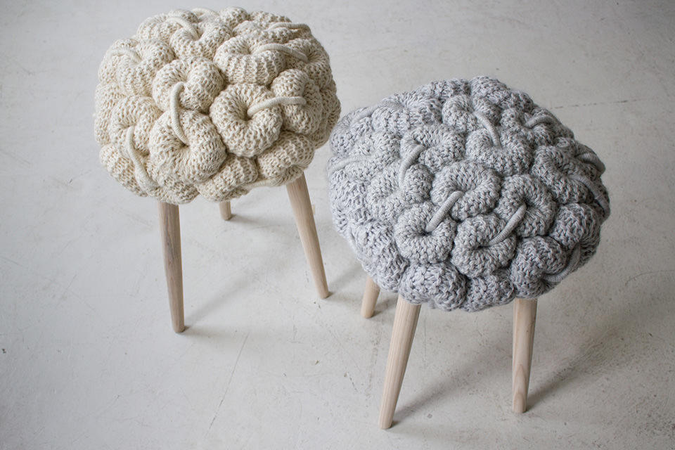 Подобные стулья будут очень уместно смотреться в кухне стиля прованс и многих других подобных стилях, где наличие большого количества деталей является плюсом