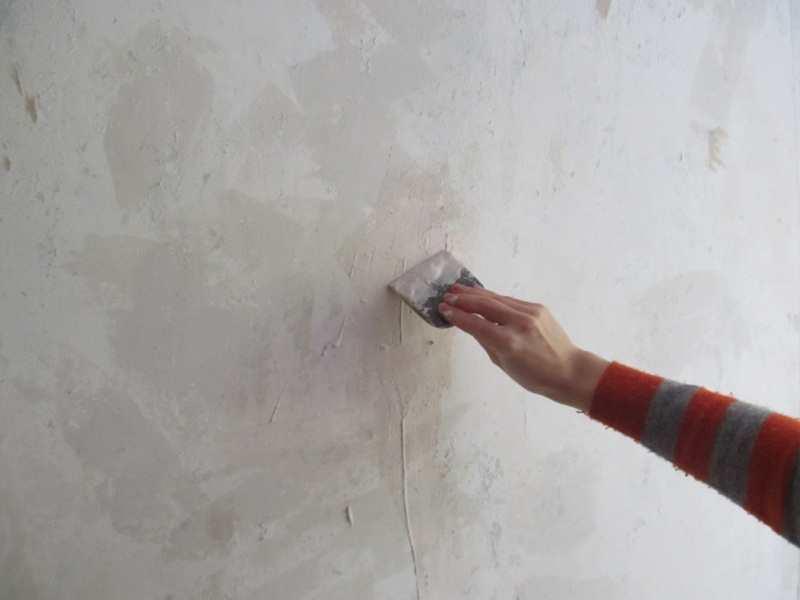 Бетонная стена - одна из самых сложных и неудобных поверхностей для того, чтобы поклеить обои. Если есть возможность отказаться от этой операции, то лучше воздержаться от поклейки обоев на бетон