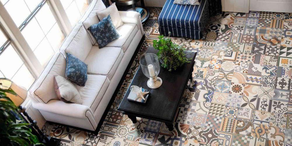 Подобно ковру, устилающая пол плитка пэчворк – центральный элемент интерьера
