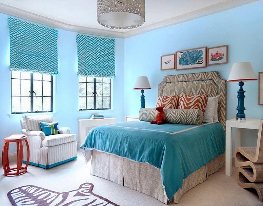 Бирюзовый цвет не гармонирует со шторами противоположных цветов: поэтому нужно приобрести гардины одного цвета с обоями