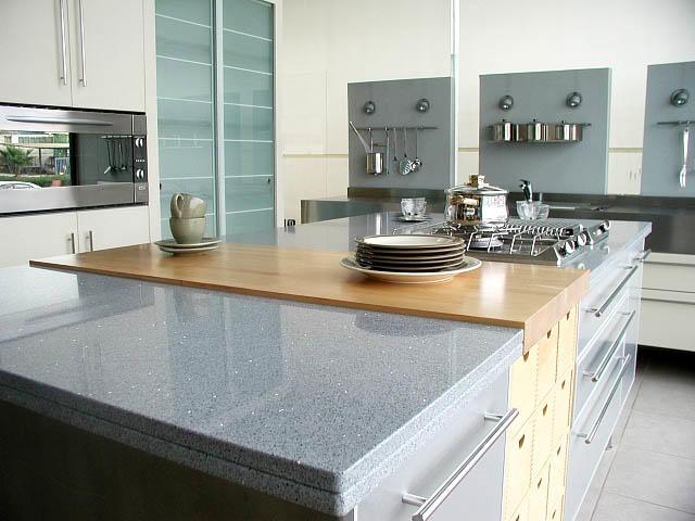 Светлый искусственный камень можно использовать и в качестве столешницы кухонного острова