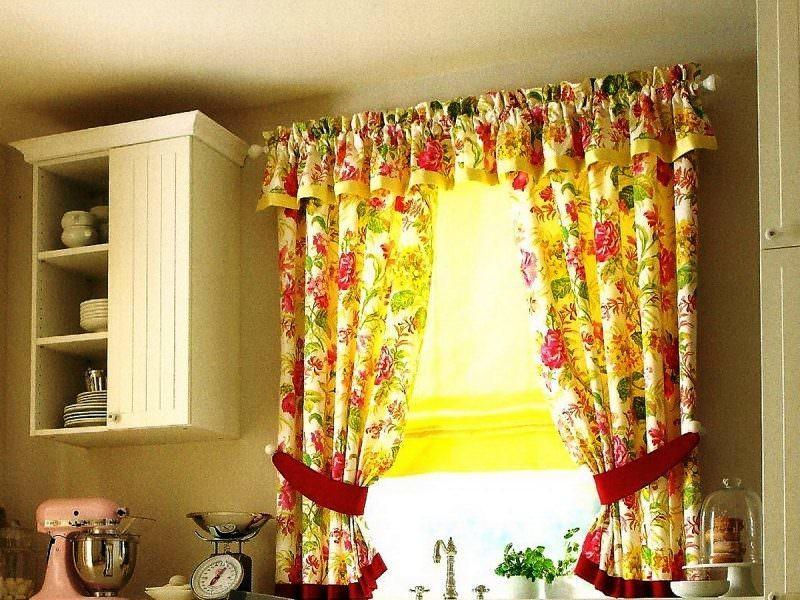 Короткие шторы очень удобны на кухне с рабочей зоной у окна: они не занимают лишнего места и более просты в использовании