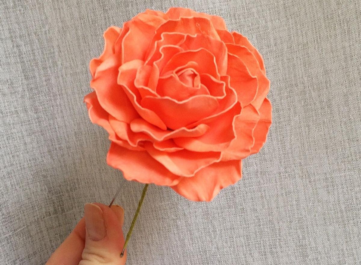 Розы из фоамирана для шпильки лучше делать небольшого размера, чтобы они смотрелись гармонично