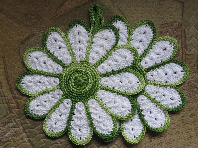 Базируясь принципом вязания «звезды», можно создать прихватку в виде цветка